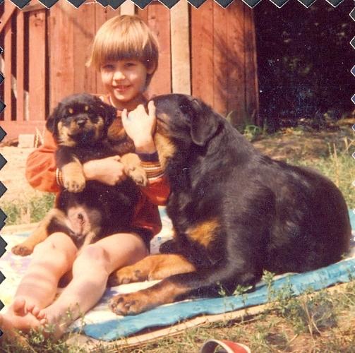 Rottweiler kölyök gyerekkel